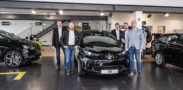Der neue Renault ZOE und das Team vom Autohaus Staffel. U. Schweitzer, A. Barth, V. Schweizer, R. Giedrowicz und H. Dünnes (v. l.)